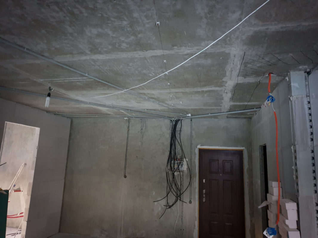 Электромонтаж в 2-комнатной квартире. Прокладка кабеля по потолку в ПВХ-трубах