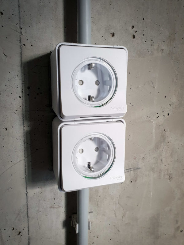 Электромонтаж в 2-комнатной квартире. Влагозащищенные розетки прячутся в кухонных шкафах