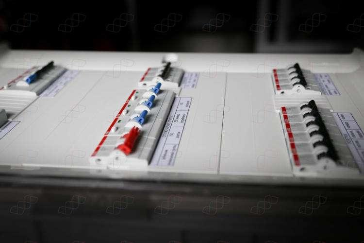 Однофазный электрощит на 7кВт (32А) с неотключаемой группой в боксе 3х12