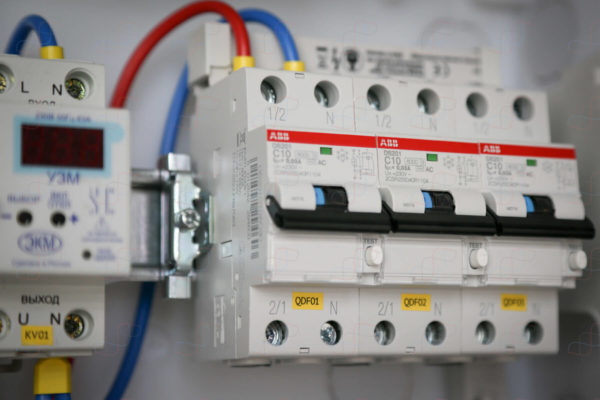 Распределительный электрощит на 22 линии нагрузки и ввод 7кВт (32А) с неотключаемой группой на диф.автоматах