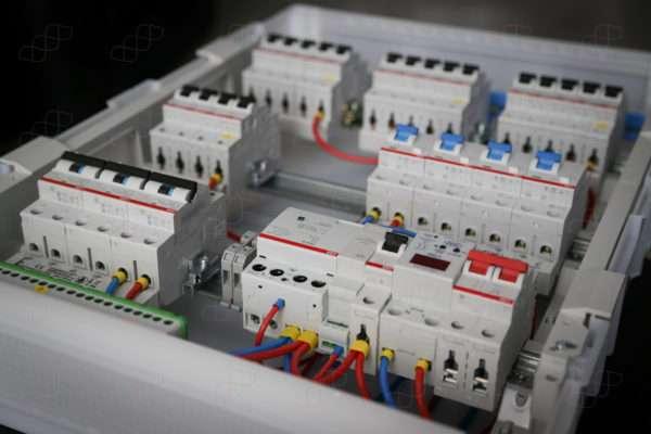 Электрощит для 3-комнатной квартиры. 22 группы. Ввод 32А. Бокс на 54 модуля